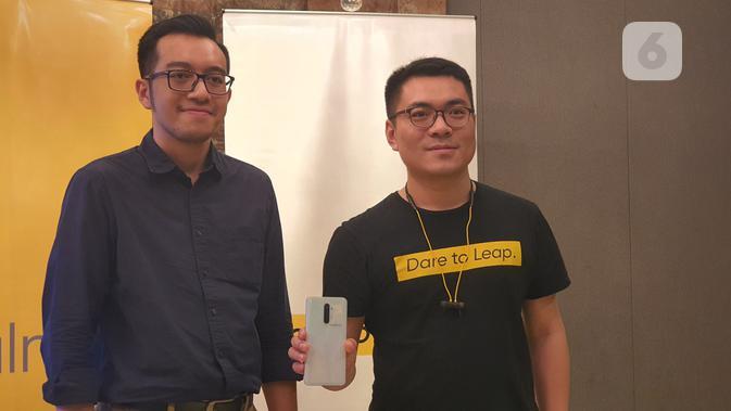 Marketing Analyst IDC Indonesia, Risky Febrian (kiri), bersama dengan Senior Brand Manager Realme Indonesia, Palson Yi, di Jakarta, Jumat (29/11/2019). (Liputan6.com/ Agustin Setyo W)