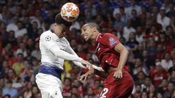 Bek Liverpool, Joel Matip, duel udara dengan pemain Tottenham Hotspur, Dele Alli, pada laga Liga Champions 2019 di Stadion Wanda Metropolitano, Madrid, Minggu (2/6). Liverpool menang 2-0 atas Tottenham Hotspur. (AP/Felipe Dana)