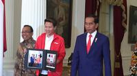 Presiden Joko Widodo atau Jokowi bertemu mantan atlet bulutangkis, Liliyana Natsir di Istana Merdeka Jakarta, Selasa (29/1/2019). (Lizsa Egeham/Liputan6.com)