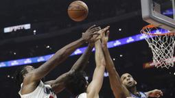 Pemain Memphis Grizzlies, Brandan Wright (kanan) berebut bola dengan para pemain Clippers pada laga NBA basketball game, di Staples Center, Los Angeles, (2/1/2018). Clippers menang 113-105. (AP/Jae C. Hong)
