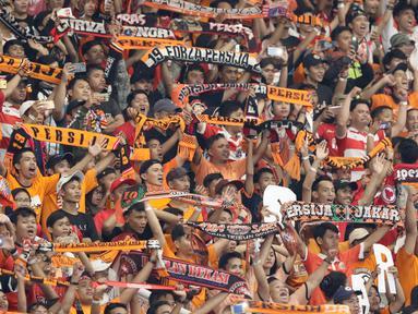 Ribuan suporter Persija Jakarta, The Jakmania mengangkat syal sambil yel-yel pada laga final Piala Presiden 2018 antara Persija Jakarta melawan Bali United di Stadion Utama GBK, Senayan, Jakarta, Sabtu (17/2). (Liputan6.com/Arya Manggala)
