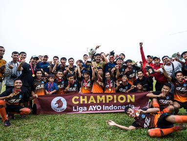 Para pemain Andy Sport merayakan gelar juara Ayo Tangerang 2019 setelah mengalahkan AMW Tangerang pada laga final di Stadion Mini Ciasuk, Tangerang, Sabtu (13/7). Andy Sport menang 3-1 atas AMW. (Ayo Tangerang)