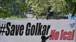 Sebuah spanduk dibentangkan yang berisi penolakan kepada Ical, Pengadilan Tata Usaha Negara Jakarta Timur, Senin (18/5/2015).  Majelis hakim PTUN Jakarta memutuskan mengabulkan gugatan kubu Aburizal Bakrie (Ical). (Liputan6.com/Johan Tallo)