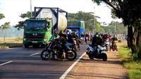 Penampakan pemudik saat menghindari upaya putar balik petugas di Pos Cek Poin Rawagatel Cirebon. Foto (istimewa)