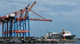 """Kapal rumah sakit milik Angkatan Laut China, Peace Ark, bersandar di pelabuhan La Guaira, Venezuela, 22 September 2018. Kapal tersebut sedang melakukan lawatan ke-11 negara yang disebut tur """"Mission Harmony."""" (AFP/Federico PARRA)"""