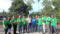 Sejumlah petugas kantor pos cabang Garut, Jawa Barat tengah bersiap menuju kawsan Garut selatan dalam pelayanan pembagian Bantuan Sosial Tunai. (Li[utan6.com/jayadi Supriadin)