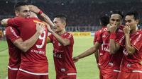 Para pemain Persija Jakarta merayakan gol yang dicetak Jaimerson Xavier ke gawang Arema FC pada laga Liga 1 di SUGBK, Jakarta, Sabtu (31/3/2018). Persija menang 3-1 atas Arema FC. (Bola.com/Vitalis Yogi Trisna)