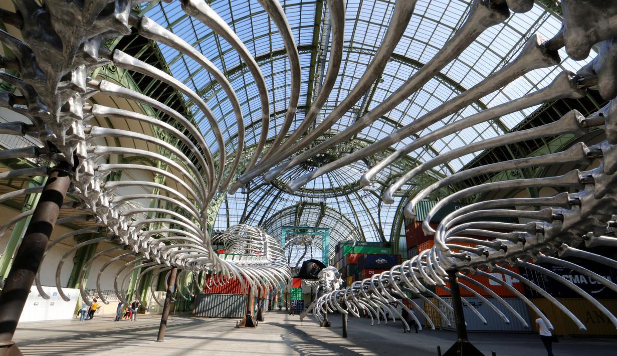Tampilan instalasi dari kerangka ular di pameran Monumenta di Grand Palais, Paris , Prancis , 8 Mei 2016. Huang Yong Ping adalah seniman kontroversial dan provokatif dari seni China di tahun 1980-an. (REUTERS / Jacky Naegelen)