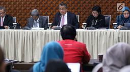 Gubernur BI Perry Warjiyo (tengah) dan jajaran Dewan Gubernur memberi keterangan kepada media di Jakarta, Kamis (22/8/2019). Rapat Dewan Gubernur (RDG) BI memutuskan untuk menurunkan BI 7-day Reverse Repo Rate sebesar 25 basis poin menjadi 5,50 persen. (Liputan6.com/Angga Yuniar)