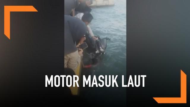 Seorang pengendara motor tercebur ke laut di Pelabuhan Larea-rea, Sulawesi Selatan. Insiden terjadi karena korban terserempet motor temannya sendiri.