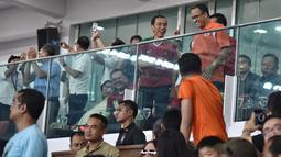 Presiden Jokowi dan Gubernur DKI Jakarta, Anies Baswedan tertawa lepas saat berbincang disela pertandingan Final Piala Presiden 2018 antara Persija Jakarta vs Bali United di Stadion Utama GBK, Sabtu (17/2). (LIputan6.com/Dok Gubernur DKI/Khairudin Safri)