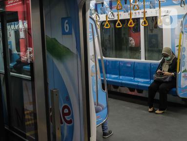 Penumpang berada di dalam kereta Mass Rapid Transit (MRT) di Stasiun Bundaran HI, Jakarta, Senin (17/2/2020). Menteri Perhubungan Budi Karya Sumadi mengatakan bahwa hanya 35 persen penduduk Jakarta yang intensif menggunakan transportasi umum. (Liputan6.com/Faizal Fanani)