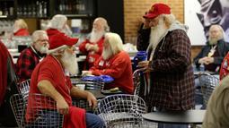 Sejumlah pria menikmati kopi sebelum mengikuti pelatihan sekolah Santa Claus Charles W. Howard di Midland, Michigan, Jumat (19/10). Sekolah ini, setiap tahunnya menerima puluhan calon siswa untuk belajar menjadi seorang Santa Claus. (JEFF KOWALSKY / AFP)