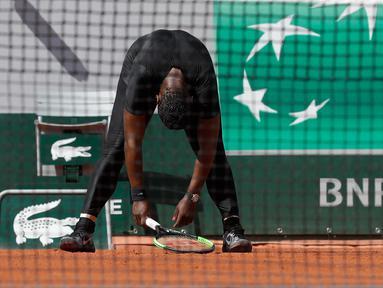 Ekspresi petenis wanita Serena Williams saat bertanding melawan petenis wanita dari Ceko Krystina Pliskova dalam turnamen tenis Perancis Terbuka di stadion Roland Garros di Paris, Prancis (29/5). (AP / Alessandra Tarantino)