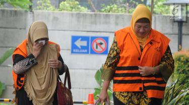 Tersangka Anggota DPRD Kota Malang Asia Iriani (kanan) dan Een Ambarsari (kiri) tiba di Gedung KPK, Jakarta, Rabu (21/11). Keduanya akan menjalani pemeriksaan lanjutan terkait suap pembahasan APBD-P Pemkot Malang TA 2015. (Merdeka.com/Dwi Narwoko)