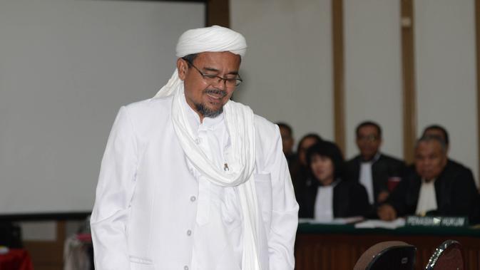 Pemimpin FPI Rizieq Shihab bersiap menjadi saksi ahli dalam sidang kasus penistaan agama di Auditorium Kementan, Jakarta, Selasa (28/2). Rizieq menjadi saksi ahli agama dengan terdakwa Basuki Tjahaja Purnama atau Ahok. (Liputan6.com/Raisan Al Farisi/Pool)#source%3Dgooglier%2Ecom#https%3A%2F%2Fgooglier%2Ecom%2Fpage%2F%2F10000