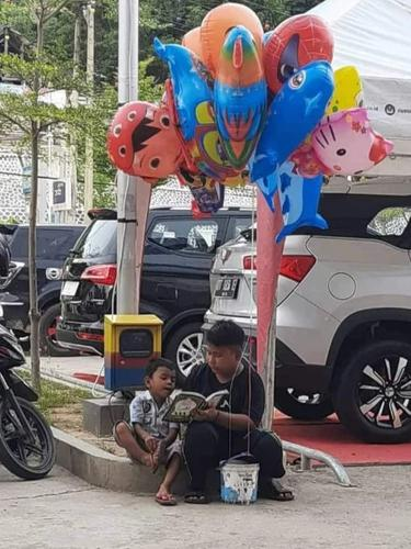 Viral, Kakak Ajari Adiknya Membaca Iqra Sambil Berjualan Balon