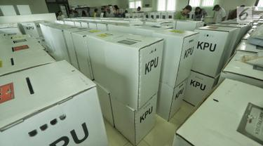 Petugas mengecek kotak suara berisi logistik di Kecamatan Menteng, Jakarta, Senin (15/4). Panitia Pemilihan Kecamatan (PPK) mulai mendistribusikan logistik Pemilu ke panitia pemilihan tingkat kelurahan, selanjutnya logistik didistribusikan ke tps masing-masing kelurahan. (Liputan6.com/Faizal Fanani)