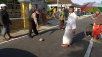 Polisi menunjukkan batu yang dipakai pelaku untuk memukul kepala nenek-nenek yang hendak pergi ke musala, Kamis (13/9 - 2018). (Solopos.com/Istimewa/Polres Ponorogo)
