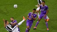 Mario Mandzukic mencetak gol spektakuler ke gawang Real Madrid pada laga final Liga Champions 2017. (AFP/Ben Stansall)