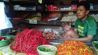 Wagimin (48), pedagang sayur di Pasar grogol Jakarta Barat, mengatakan bahwa harga sejumlah kebutuhan pokok terus merangkak naik. (Fiki/Liputan6.com)