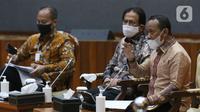 Kepala BKPM, Bahlil Lahadalia (kanan) memberi keterangan terkait UU Omnibus Law Cipta Kerja di Graha Sawala Kemenko Perekonomian, Jakarta, Rabu (7/10/2020). Bahlil bersama sejumlah menteri memberi penjelasan terkait disahkannya UU Omnibus Law Cipta Kerja. (Liputan6.comHelmi Fithriansyah)