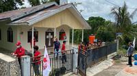 Sejumlah pengurus dan simpatisan PSI Kota Bontang bersama pemuda setempat gelar bakti sosial dengan membersihkan gereja.
