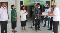 Foto: Panitia menyerahkan hadiah kepada peraih juara lomba ceritra pendek kerukunan umat beragama (Liputan6.com/Ola Keda)