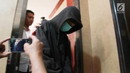 Petugas memberikan keterangan kepada awak media terkait kasus hoax pria IB alias Ismail setelah ia memposting salah satu video kekerasan yang sudah ditambah bahwa itu merupakan kekerasan yang dilakukan Kepolisian saat rilis di Polda Gorontalo, Selasa (28/5/2019). Liputan6.com/Arfandi Ibrahim)