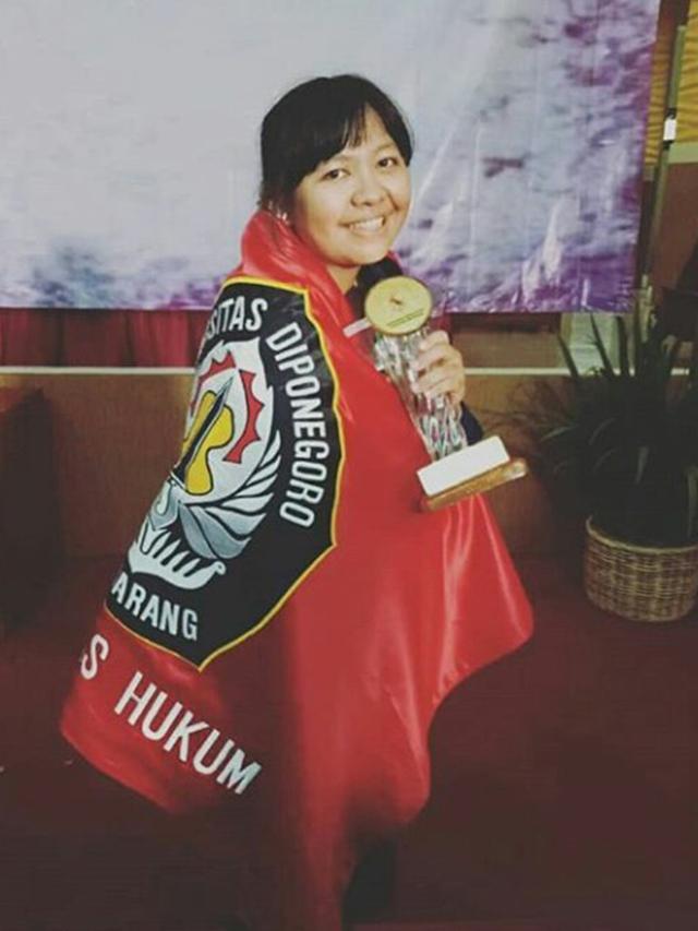 Mahasiswi Foto Pakai Jaket Ojol saat Wisuda, Kisah Perjuangan Ada di Baliknya