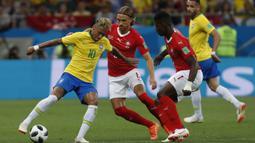 Striker Brasil, Neymar, berusaha melewati kepungan pemain Swiss pada laga Grup E Piala Dunia di Rostov Arena, Rostov-on-Don, Minggu (17/6/2018). Kedua negara bermain imbang 1-1. (AP/Darko Vojinovic)