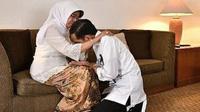 Presiden Jokowi sedang meminta restu kepada ibundanya, Sujiatmi Notomiharjo (Dok.Instagram'https://www.instagram.com/@jokowi/p/BmSCRAPAGNZ/?igshid=1nlpvmahpv26v/Komarudin)