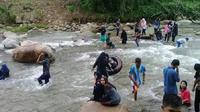Di Sungai Jodoh Latuppa, pengunjung bisa berendam santai dengan sedikit adrenalin meningkat. (Liputan6.com/Eka Hakim)
