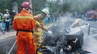 Mobil sport Porsche terbakar di Kelapa Gading, Jakarta Utara. (Instagram @humasjakfire)