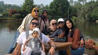 Pelatih Persela Lamongan, Nilmaizar, bersama keluarganya. (Dok Pribadi)