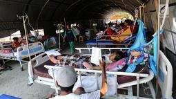 Puluhan pasien korban gempa bumi dan tsunami Palu dirawat di halaman Rumah Sakit Undata, Palu, Sulawesi Tengah, Kamis (4/10). Korban yang menderita luka akibat gempa dirawat dengan tenda terbuka. (Liputan6.com/Fery Pradolo)