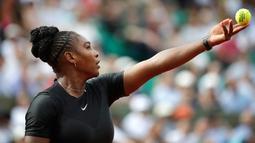 Serena Williams bersiap memukul bola saat melawan petenis ari Ceko Krystina Pliskova dalam turnamen tenis Perancis Terbuka di stadion Roland Garros di Paris, Prancis (29/5). Pada laga ini Serena menang dua set langsung. (AP / Alessandra Tarantino)