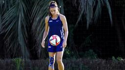 Alex Morgan -  Atlet cantik ini merupakan pesepakbola wanita andalan Amerika Serikat. Tak hanya mahir dalam menggiring si kulit bundar, Alex Morgan juga memiliki wajah yang menawan bak model. (Foto/AP/Eugene Hoshiko)