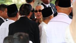 Wakil Presiden ke-6 RI Try Sutrisno saat menghadiri pemakaman Presiden ke-3 RI BJ Habibie di TMP Kalibata, Jakarta, Kamis (12/9/2019). Upacara pemakaman Habibie dipimpin langsung oleh Presiden Joko Widodo. (Liputan6.com/Herman Zakharia)