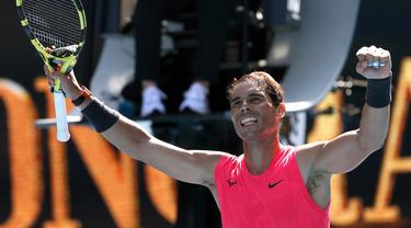Petenis Rafael Nadal merayakan kemenangannya atas Hugo Dellien pada pertandingan tunggal putra putaran pertama kejuaraan tenis Australia Terbuka di Melbourne, Australia, Selasa (21/1/2020). Nadal mengalahkan Dellien dan melaju ke putaran kedua Australia Terbuka. (AP Photo/Lee Jin-man)