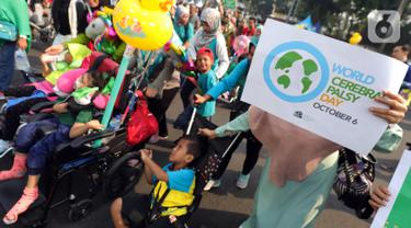 Masyarakat dan relawan mengikuti kampanye untuk memperingati Hari Cerebral Palsy Sedunia di kawasan Car Free Day, Jakarta, Minggu (13/10/2019). Peringatan yang jatuh 6 Oktober itu dimanfaatkan untuk mensosialisasikan dan menggalang kepedulian bagi penyandang cerebral palsy (Liputan6.com/Johan Tallo)