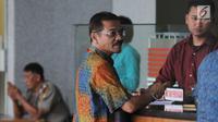 Mantan Menteri Dalam Negeri Gamawan Fauzi menuju meja resepsionis untuk mendapatkan kartu identitas di Gedung KPK, Jakarta, Kamis (22/3). Gamawan Fauzi akan diperiksa dalam pengembangan kasus dugaan korupsi proyek pengadaan e-KTP. (Medeka.com/Dwi Narwoko)