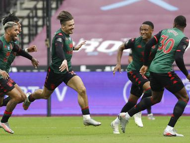 Pemain Aston Villa, Jack Grealish, melakukan selebrasi usai mencetak gol ke gawang West Ham United pada laga Premier League di Stadion London, Minggu (26/7/2020). Kedua tim bermain imbang 1-1. (AP Photo/Matt Dunham)