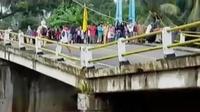 Jembatan penghubung Pangandaran ke Ciamis dan Banjar ambles 1,5 meter.