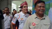 Tiba di Gedung Sate, juara dunia MotoGP Marc Marquez disematkan iket Sunda. (Huyogo Simbolon)