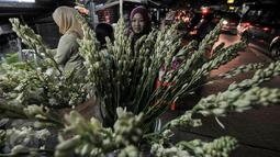 Pedagang bunga merapihkan barang daganganya di pasar kembang Pal Sigunung, Depok, Selasa (5/7/2016). Jelang Lebaran, warga berburu bunga sedap malam dan bunga hias lainya untuk pelengkap Idul Fitri. (Liputan6.com/Yoppy Renato)