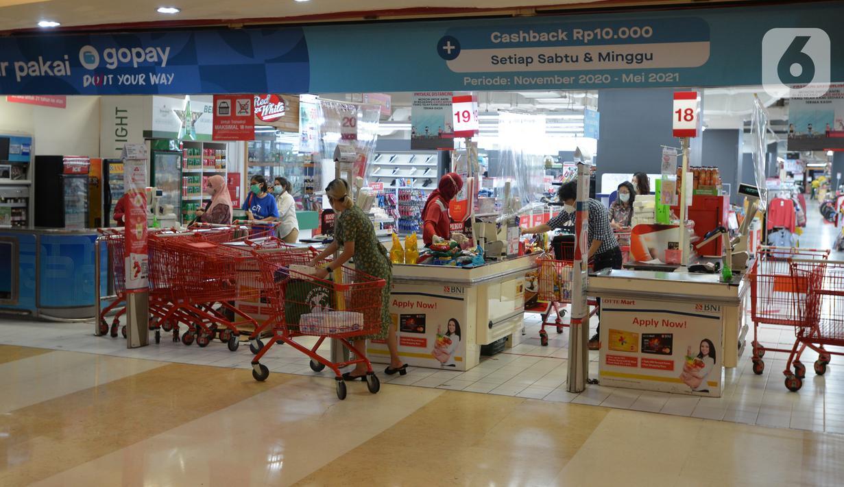 Sejumlah pembeli antre untuk membayar di kasir pusat perbelanjaan Kuningan, Jakarta, Selasa (2/3/2021). (merdeka.com/Imam Buhori)