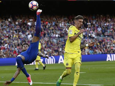 Tendangan salto Neymar ke arah gawang Villarreal pada lanjutan La Liga pekan ke-36 di Camp Nou stadium,  Barcelona (6/5/2017). Barcelona menang 4-1. (AP/Manu Fernandez)