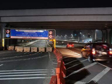 Suasana akses masuk tol layang Jakarta-Cikampek yang ditutup di Bekasi, Jawa Barat, Jumat (24/4/2020). Akses transportasi mobil pribadi dan bus angkutan penumpang dari tol Jakarta Cikampek menuju Karawang ditutup mulai Jumat (24/4/2020) jam 00.00 WIB. (Liputan6.com/Herman Zakharia)