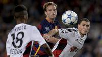 Gelandang Barcelona, Ivan Rakitic berebut bola dengan bek Leverkusen, Kyriakos Papadopoulos pada laga Liga Champions di Stadion Camp Nou, Spanyol, Rabu (30/9/2015). (AFP Photo/Josep Lago)